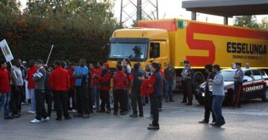 Camion su picchetto operai logistica. Ucciso Sindacalista Si Cobas